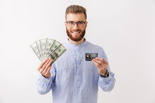 Портрет улыбающегося молодого бородатого мужчины стоя