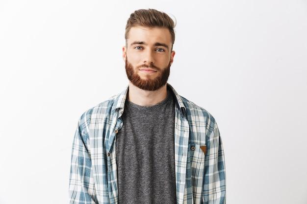 Портрет улыбающегося молодого бородатого мужчины Premium Фотографии