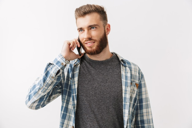 Портрет улыбающегося молодого бородатого мужчины