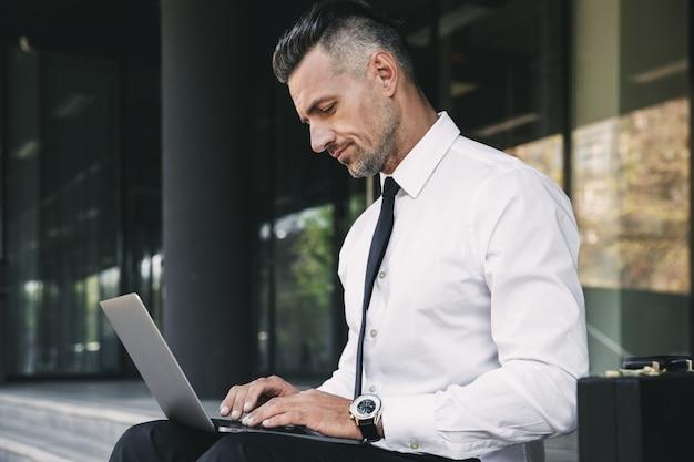 Портрет улыбающегося молодого бизнесмена