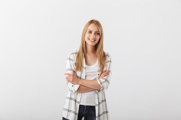 立っている笑顔の若いカジュアルな女の子の肖像画