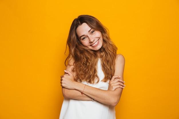 Портрет улыбающейся молодой девушки, смотрящей в камеру
