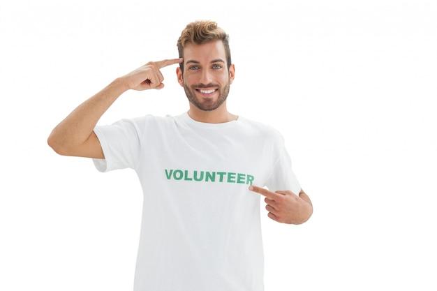 笑顔の若い男性ボランティアの肖像