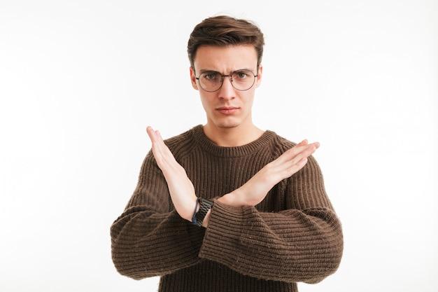 Портрет улыбающегося молодого человека в свитере