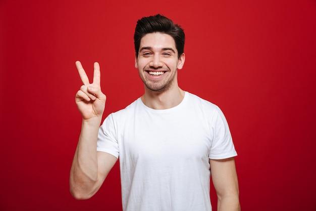 白いtシャツで笑顔の若い男の肖像