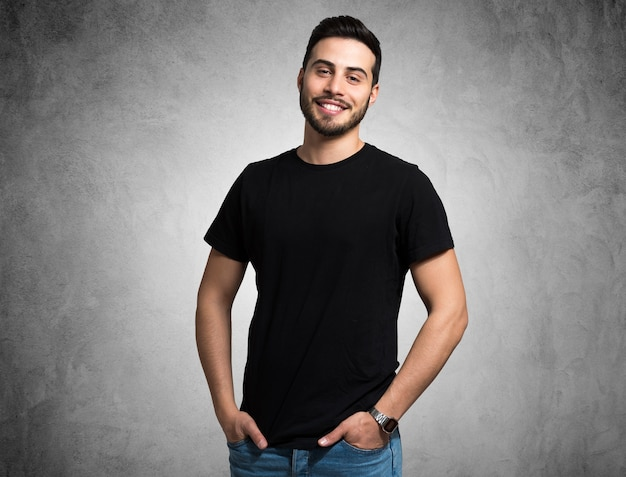 웃 고있는 젊은 남자의 초상