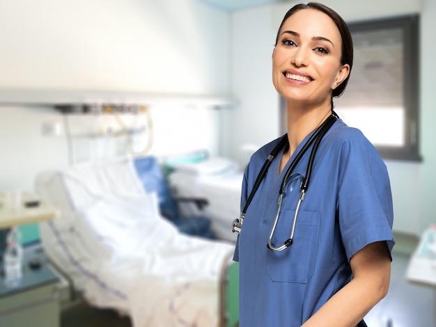 笑顔の若い看護師の肖像画