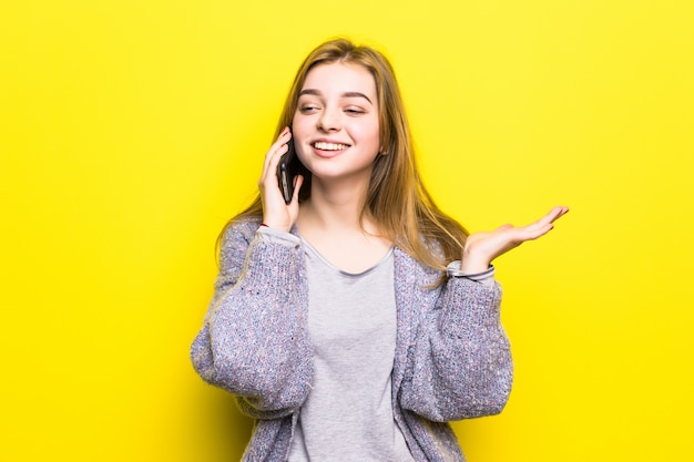 고립 된 휴대 전화에 대 한 얘기 중괄호와 웃는 어린 십 대 소녀의 초상화