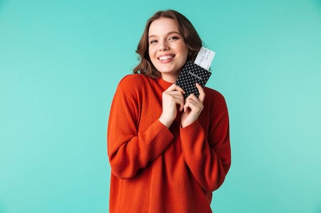 Портрет улыбающейся молодой женщины, одетой в свитер