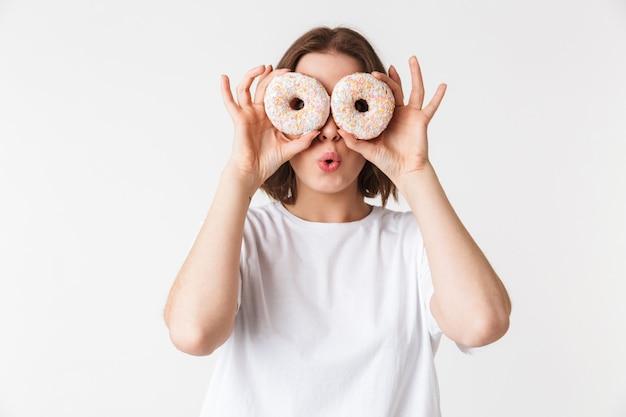 두 개의 도넛을 들고 웃는 젊은 여자의 초상화