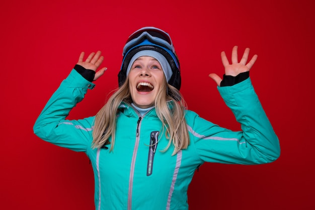 재킷, 헬멧 및 스키 고글에 웃는 젊은 여자의 초상화