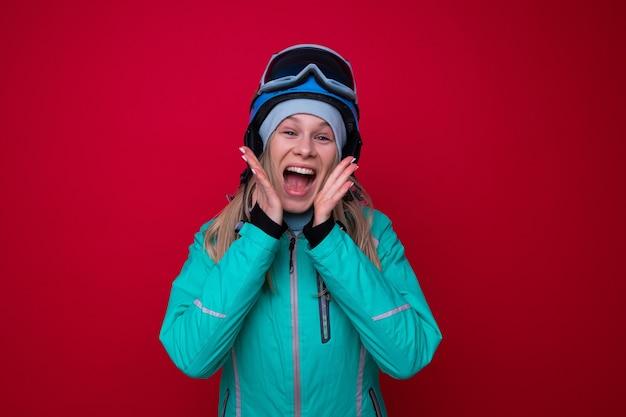 재킷, 헬멧, 스키 고글을 쓴 웃고 있는 젊은 여성의 초상화