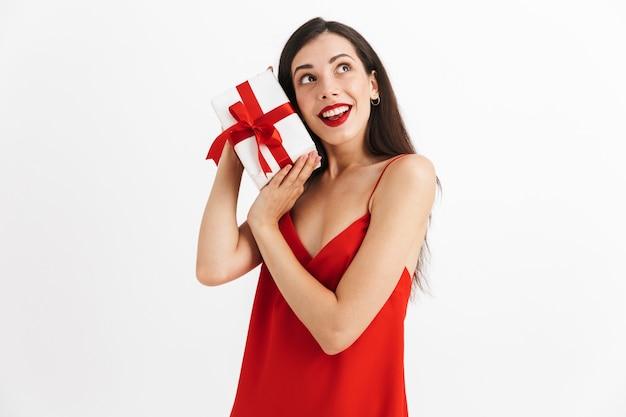 고립 된 선물 상자를 들고 드레스에 웃는 젊은 여자의 초상화