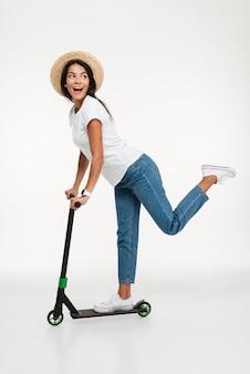 Портрет улыбающейся молодой женщины в шляпе