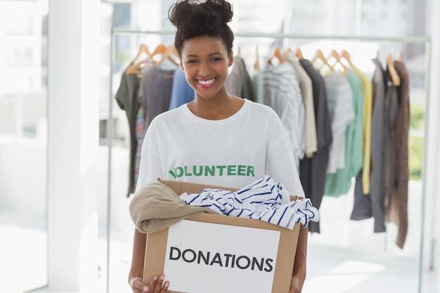Портрет улыбающейся молодой женщины с пожертвованием одежды