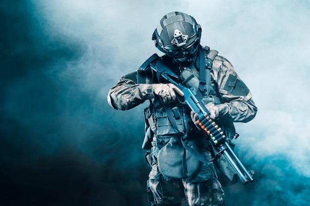 Портрет бойца спецназа, который целится в коллиматорный прицел пулемета. понятие о специальных воинских частях. компьютерные игры. смешанная техника
