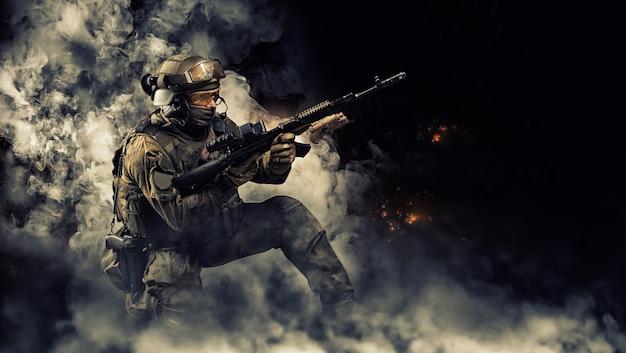 Портрет бойца спецназа, перезаряжающего штурмовую винтовку. понятие воинских частей. компьютерные игры. смешанная техника