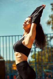 스포츠 지상에 포즈 낚시를 좋아하는 매력적인 여자의 초상화. 스포츠 패션, 활동적인 라이프 스타일.