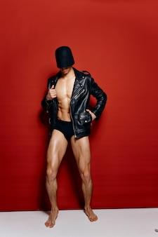 Портрет спортсмена в шортах кожаной куртке и с черной маской на голове