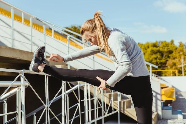 야외에서 다리를 스트레칭 스포츠 여자의 초상화