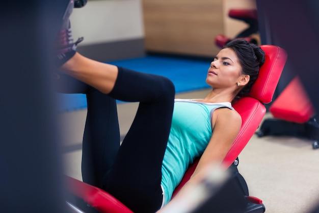 피트니스 체육관에서 운동 기계에 스포츠 여성 운동의 초상화