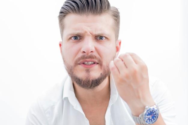 Портрет строгого начальника с неистовым взглядом, задающим вопрос «почему?» смешанная техника