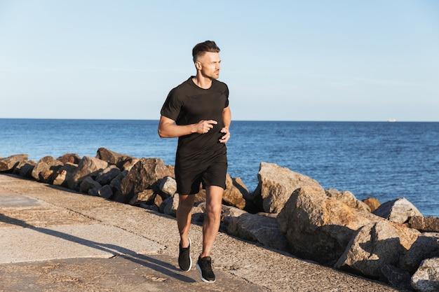 Портрет сильного спортсмена на пробежке
