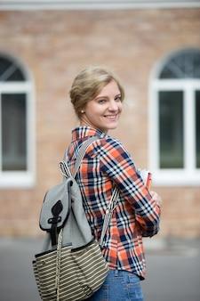 Портрет студенческой девушки с рюкзаком