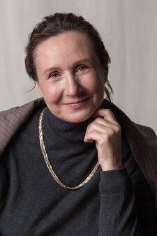 スタイリッシュで自信に満ちた年配の女性の肖像画
