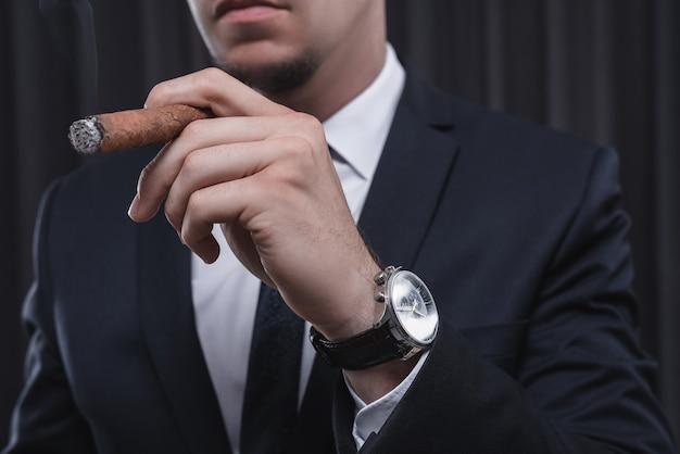 시가와 양복에 세련 된 남자의 초상화. 비즈니스 개념. 혼합 매체