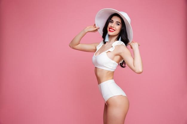Портрет стильной красивой женщины в купальнике