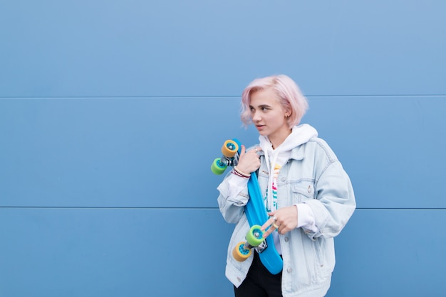 スケートボードでスタイリッシュな十代の少女の肖像画