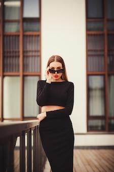 Портрет успешной и уверенной женщины в солнцезащитных очках