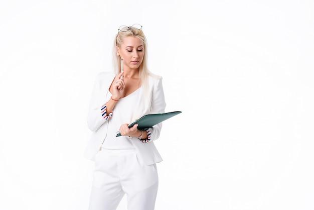 Портрет успешной деловой женщины. изолированные над пустым пространством. проводит аудит бухгалтерского учета компании. обнаружены ошибки в набухании
