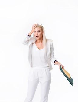 성공적인 비즈니스 여자의 초상화입니다. 공백을 통해 격리. 회사 회계 감사를 수행합니다. 붓기에서 발견 된 오류