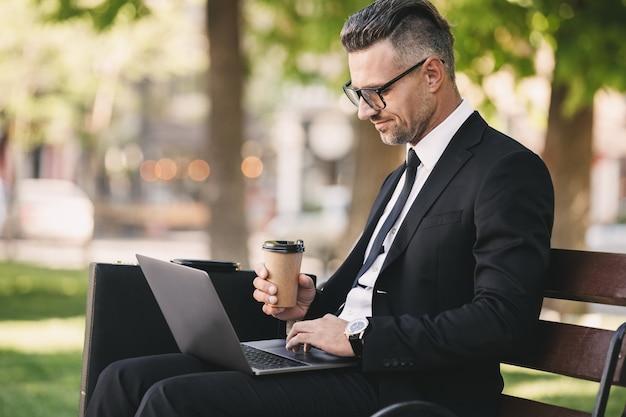 Портрет успешного бизнесмена, одетого в строгую одежду