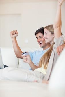 成功したカップルのオンラインショッピングの肖像