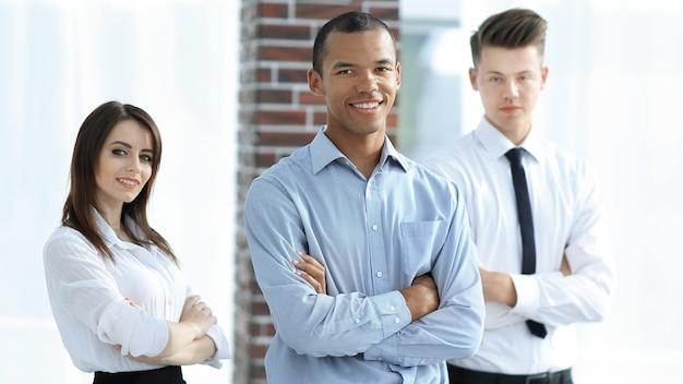 オフィスの背景に成功したビジネスマンのグループの肖像画