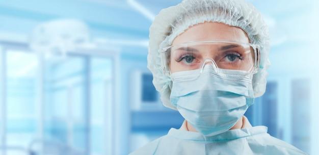 手術室で外科医の肖像画。