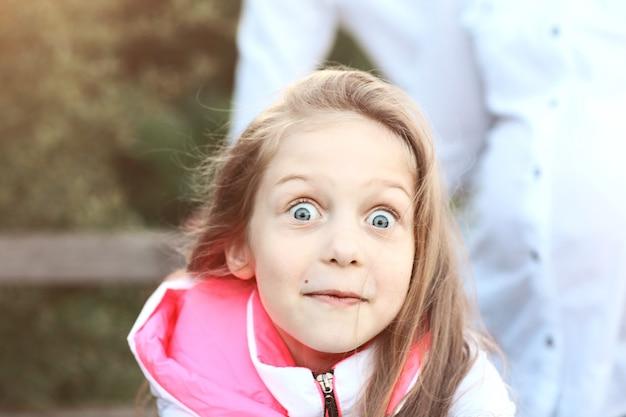 公園を散歩して驚いた少女の肖像画