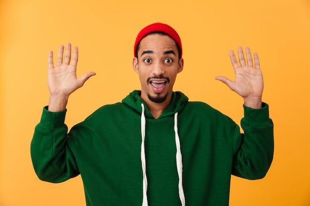 帽子の驚いた若いアフロアメリカンの男の肖像
