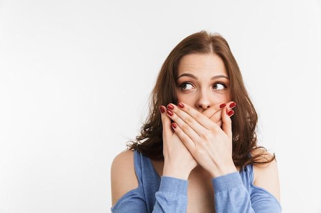 口を覆っている驚きの若い女性の肖像画