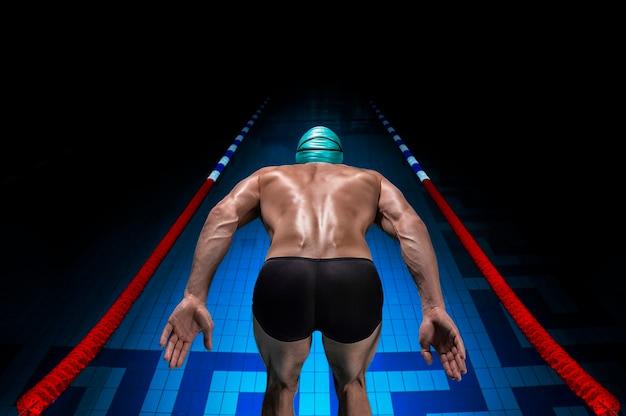 Портрет пловца на спортивной арене.