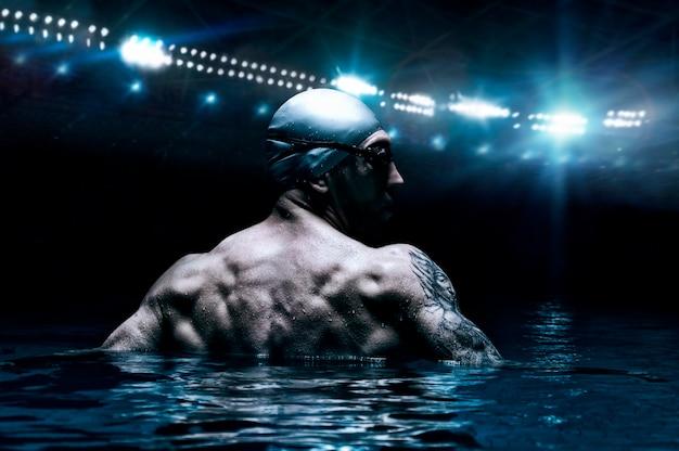 Портрет пловца на фоне спортивной арены