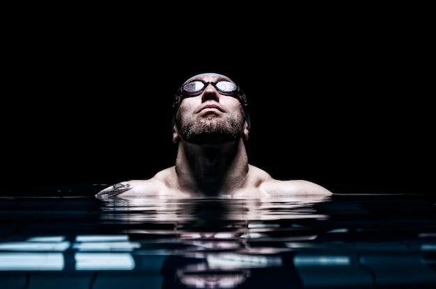Портрет пловца. концепция плавания и водных игр