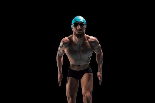 Портрет пловца, готовящегося к прыжку.