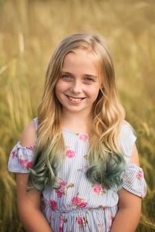 フィールドで夏に、自然の中で、10代の少女の肖像画 Premium写真