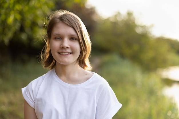 自然の中で10代の少女の肖像画