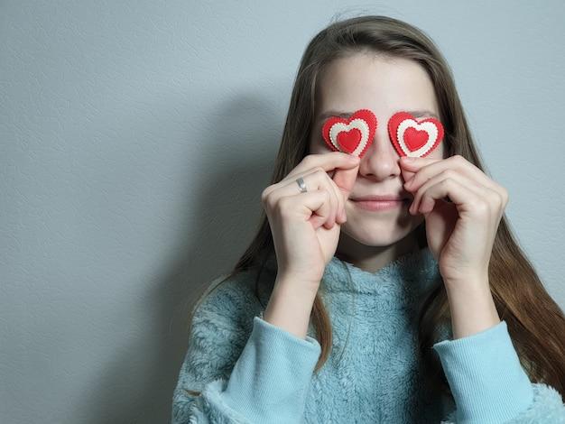 Портрет девочки-подростка с сердцем в руке, поздравление с днем святого валентина