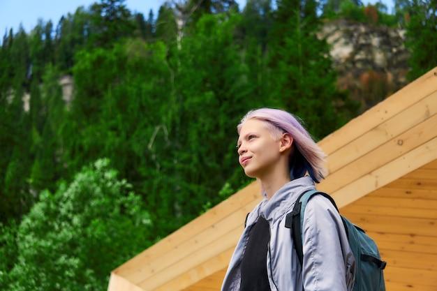 공원에서 보라색 머리를 가진 십 대 소녀의 초상화